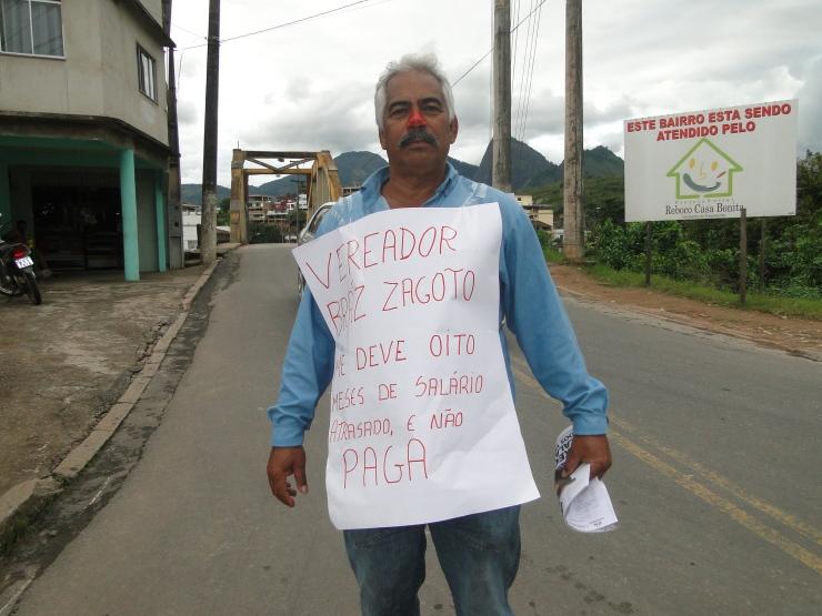 Manifestante solitário cobra sálario de vereador